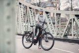 """Immer häufiger findet man bei E-Bikes einen in den großvolumigen Rahmen integrierten Akku. Das ergibt klare Linien und ermöglicht etwa am """"Gotour 6"""" von Flyer auch einen tiefen Durchstieg."""
