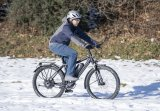 """Ein Reiserad soll auch im Schnee nicht stecken bleiben. Das """"Finder FD12E"""" von Velotraum mit E-Antrieb, Zentralgetriebe und Riemenantrieb ist solche und anderen Widrigkeiten leicht gewachsen."""