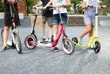 Wenn die Maße stimmen, können Kinder mit einem Tretroller maximalen Fahrspaß haben. Damit lernen sie das Balancieren auf zwei Rädern schnell und sicher.