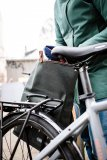 """Eine Umhängetasche, die sich unkompliziert am Fahrrad transportieren lässt und ihr Befestigungssystem nach dem Abnehmen schützt und verbirgt bietet Taschenspezialist Ortlieb mit der """"Twin City urban""""."""