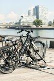 """""""4700 XBF"""" heißt die neu entwickelte Anlehn-Fahrradabstellanlage von Stadtmöblierer WSM. Sie bietet mehr Platz zwischen den Rädern und eine lackschonende Kunststoffummantelung."""