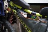 Rahmentaschen halten das Gepäck im Zentrum des Rades. So beeinflusst sein Gewicht das Fahrverhalten wenig. Ideal für alle, die in anspruchsvollem Terrain unterwegs sind.
