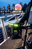 """Speziell für E-Bike-Nutzer hat Taschenspezialist Ortlieb seine Lenkertasche """"E-Glow"""" konzipiert. Ein Led-Streifen garantiert Sichtbarkeit, leuchtet aber auch den Inhalt aus. Energie kommt über den Fahrradakku oder eine Powerbank. Zwei seitliche Flaschenhalter bieten Ersatz für den bei E-Bikes oft wegen des Akkus fehlenden zweiten Halter am Rahmen."""