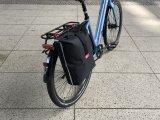 """Hersteller Fahrer Berlin hat seiner überarbeiteten Einkaufstasche """"Konsum"""" eine stabile, aber mittig faltbare Rückseite spendiert. Damit lässt sie sich per Klickfix-Verbindung am Gepäckträger befestigen. Bei Nichtgebrauch passt sie weiterhin in den Rucksack."""