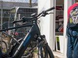 Das Stadion von Altona 93 hat einen Radständer direkt neben dem Fanshop im Stadioninnenraum.