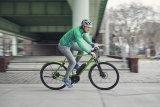 """Immer jüngere Menschen finden Gefallen am E-Bike als Stadtrad. An sie richteet sich etwa das """"Roadster"""" von Riese & Müller, das mit sportlicher Sitzposition und agiler Fahrdynamik sichtbar Spaß bereitet."""