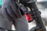 Auf Knopfdruck: Licht. Mit Akkubeleuchtung wird aus dem Sportfahrrad ein Alltags-Velo.