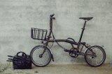 Dieser belastbare Gepäckkorb aus Stahl passt ideal an das Brompton-Faltrad. Er muss zum Falten nicht einmal abgenommen werden.