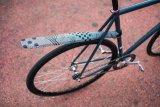 """Im Winter und bei Regenwetter wünschen sich auch Rennradfahrer gern etwas Schutz gegen das Nass aus Richtung Reifen. Das Steckschutzblech """"Ass Saver"""" ist eine gut funktionierende Minimallösung."""