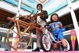 Wie vor 200 Jahren die Menschheit das Radfahren erlernte, erlernt noch heute jedes Kind das Radfahren: mit dem Laufrad. (Links eine Replik des Velocipeds von Karl Drais, rechts das limitierte Jubiläums-Laufrad von Puky.)