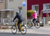Neue Fahrzeuge - neue Regeln! Während Pedelecs bis 25 km/h wie Fahrräder den Radweg benutzen müssen, gehört die schnelle Klasse (S-Pedelecs, mit Versicherungskennzeichen) auf die Straße!
