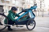 """Was so ein Kinderanhänger alles bieten kann: Federung mit automatischer Gewichtsanpassung, leichter Umbau zum Buggy oder Jogger, LED-Beleuchtung mit Dämmerungssensor, Adapter zur Befestigung an allen Fahrradtypen und vieles mehr (Modell """"Kid plus for 1"""" der Marke Croozer)."""