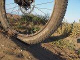 Am Mountainbike werden Reifen mittlerweile Tubeless, da. h. ohne Schlauch gefahren. Die Vorteile: geringerer Luftdruck und somit bessere Traktion, geringerer Rollwiderstand und dank Dichtmilch auch besserer Pannenschutz. Das macht sich auch auf Reisen bezahlt.