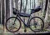 """Lenker-, Rahmen- und Satteltasche sind die Grundausstattung für den Gepäcktransport beim Bikepacking. Hier die Modellreihe """"Limited Edition Bikepacking"""" des Packtaschenspezialisten Ortlieb."""
