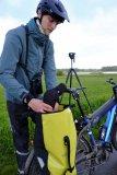 Das Spektiv reist wettergschützt in der Ortlieb-Tasche