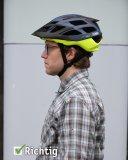 So sollte ein Fahrradhelm sitzen: in der Stirn nicht zu niedrig, Hinterkopf geschützt, Ohren ohne Kontakt mit den Riemchen.