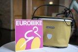 """Das ist neu: ein Fahrradkorb mit wasserdichtem Textildeckel und -bezug zur Lenkermontage. Taschenspezialist Ortlieb bietet die Modellreihe """"Up-Town"""" ab Frühjahr 2020 in verschiedenen Designs an."""