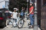 Vorbildwirkung: Wie man's beim Radfahren richtig macht, schauen sich Kinder bevorzugt von den Eltern ab. Diese sollten sich also regelkonform verhalten und auch den Helm nicht vergessen.