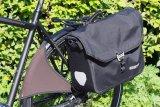 """Die ideale Ausrüstung für ein Pendlerrad: Der Spritzschutz """"Buxe"""" verhindert nasse Hosenbein und die wasserdichte """"Office-Bag"""" hält Unterladen und Laptop trocken."""