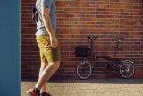 Das Brompton ist ein Klassiker unter den Falträdern. Der praktische Frontgepäckkorb von Fahrer Berlin ist eine durchdachte Ergänzung, die zum Falten nicht einmal abgenommen werden muss.