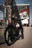 Da macht jemand aber große Augen: Ein praktischer Ballhalter am Fahrrad ist ein noch seltener Anblick.