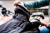 """Wer mit dem E-Mountainbike auf längere Tour geht, nimmt gern einen zweiten Akku mit. Speziell dafür bietet Vaude das Rucksack-Modell """"eBracket 28"""" an: Extrafach für Akku plus Ladegerät, angepasster Schnitt, viel Bewegungsfreiheit."""