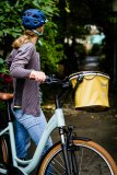 Schick, sicher, praktisch: ein Rad mit tiefem Durchstieg und ein guter Helm, dazu ein Fahrradkorb mit wasserdichtem Textildeckel und -bezug zur Lenkermontage.