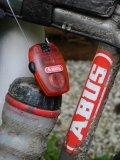 Ein kompaktes Kabelschloss mit Zahlencode nimmt in der Trikot- oder Satteltasche kaum Platz weg. Dabei ist es ein wirksamer Schutz gegen Gelegenheitsdiebstahl, dann etwa, wenn man sein Mountainbike bei der Mittagsrast nicht im Blick hat.
