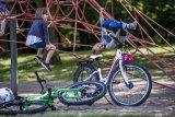Radfahren macht Kindern viel Spaß. Aber die Pausen dazwischen auch! Ein bisschen Herumtoben tut immer gut. Solange hat auch der Helm mal Ruhe.