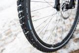 """Ganzjahresreifen wie der Schwalbe """"Marathon GT 365"""" besitzen ein Lamellenprofil für mehr Grip - wie der Winterreifen am Auto. Perfekt für nasse Winter und wechselhafte Verhältnisse."""