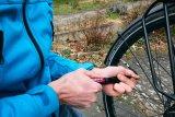 Unterwegs hilft eine Handpumpe, um nach einem Defekt wieder Luft in den Reifen zu bekommen.