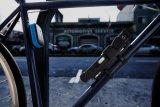 """Sicherheitsspezialist Abus bietet mit der """"Alarmbox"""" einen fest am Fahrrad montierten Signaltongeber an. Einmal scharf geschaltet setzt das Signal ein, sobald das Rad bewegt wird, und wird extrem laut. Komfortabel aber nicht notwendig ist das zusätzlich erhältliche gleich schließende Fahrradschloss."""