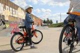 Fahrrad passt, Helm passt, kein Straßenverkehr - so lässt sich das Radfahren spielnd lernen. Wenn auch noch andere Kinder dabei sind, macht es gleich noch mehr Spaß.