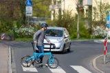 So ist es richtig: Das Auto muss am Zebrastreifen anhalten und den Fußgänger passieren lassen, der hier ein Fahrrad mit sich führt. Würde er sein Fahrrad allerdings fahren, dürfte er dieses Vorrecht nicht in Anspruch nehmen.