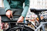 """Mit der """"Twin City urban"""" bietet Taschenspezialist Ortlieb eine Umhängetasche an, die sich einfach und bequem an das Fahrrad hängen lässt. Verarbeitet wird wasserfestes Cordura-Mischgewebe. Sehr praktisch für den Fahrradalltag."""