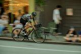 Ein Straßenrennrad bei dem, wofür es konzipiert wurde: Radrennen auf abgesperrten Straßen. Ob die Zuschauer bei der Geschwindigkeit erkennen können, dass es sich um ein Modell der Firma Cannondale handelt?