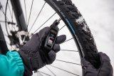 Fahrsicherheitstipp im Winter: Reifendruck moderat absenken. Unbedingt die Angaben auf der Reifenflanke beachten. Dabei hilft ein Reifendruckprüfer.
