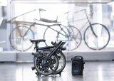 """Auch als Faltradnutzer ist es jetzt möglich mit elektrischer Unterstützung zu fahren. Das """"Brompton Electric"""" hat den Motor in der Vorderradnabe, der Akku kommt in eine genau auf den Träger vor dem Lenker passende, leicht abnehmbare Tasche."""