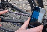 Die Schwingung des Riemens wird per App gemessen und abgelesen, ob die richtige Spannung vorliegt.
