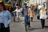 Auf diese Weise genutzt ist das Fahrrad dem Tretroller gleichgestellt. Es gilt dann als Fortbewegungsmittel und darf auch durch Fußgängerzonen rollen.