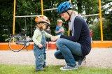 Tut bald nicht mehr weh... Damit Zweiradstürze keine wirklich schlimmen Folgen haben, sollten gerade die ganz Kleinen nur mit Kopfschutz fahren.