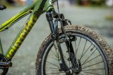 Federgabel, bissige Bremsen und grobe Pneus: Mit diesem Kinder- bzw. Jugendrad lässt sich offroad so einiges anstellen.