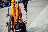 """Die """"Charger Bag"""" ist eine regen- und schmutzresistente Ladegerät-Tasche. Sie erleichtert das Akkuladen an öffentlichen Ladestationen, die selten überdacht sind (Hersteller: Fahrer Berlin)."""
