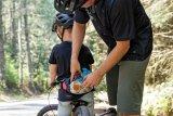 Ein Abschleppseil, das den Papa zum Zugtier macht, kann man als Kind immer mal gut gebrauchen. Am besten gleich mithilfe der Gürteltasche um den Bauch schnallen.
