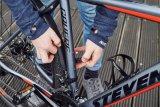 """Auch für Gravelbikes gibt es passende Steckschutzbleche, die sich schnell montieren lassen. Das Set """"Speedrocker"""" von SKS wird mit gummierten Klettbändern befestigt."""