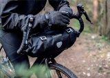 """Auch der Raum vor dem Lenker lässt sich mit einer speziell geschnittenen Tasche bestens für das Bikepacking nutzen. Dieses """"Handlebarpack"""" von Ortlieb ist gut komprimierbar und schlackert unterwegs nicht am Lenker herum."""