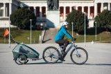 """Auch ein sportlich ausgelegtes """"nacktes"""" Fahrrad kann Transportdienstleister sein: Anhänger machen es möglich. Dieser lässt sich zudem als Jogger nutzen."""