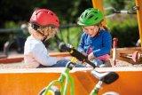 Von klein auf ans Helmtragen gewöhnt, vergessen viele Kinder irgendwann, dass sie das Ding auf dem Kopf haben. Der Helm ist kein Fremdkörper, sondern gehört einfach dazu.