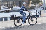 Schick, schnell, wendig und mit niedrigem Durchstieg: klassisches City-Bike, hier mit E-Antriebsunterstützung.