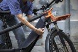 """Speziell für ins Unterrohr integrierte E-Bike-Akkus hat Fahrer Berlin das """"Akku Cover Tube"""" ersonnen. Am E-MTB schützt es vor Steinschlag, im Winter vor Kälte und bei entnommenem Akku die Kontakte."""
